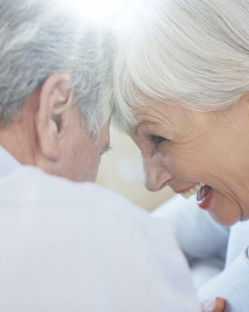 dentista portogruaro: coppia anziani felici che ridono