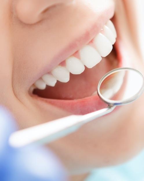dentista portogruaro: denti con specchietto