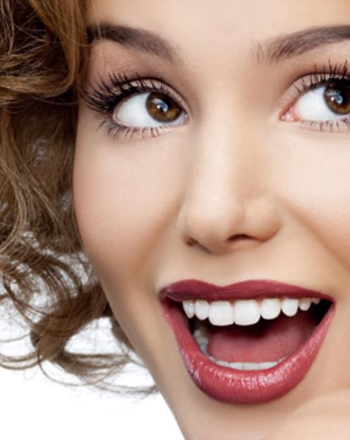 dentista portogruaro: ragazza con capelli ricci e rossetto